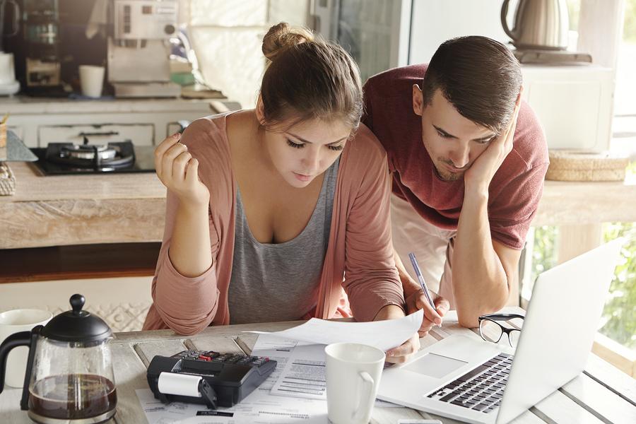 Junges Paar such Kredit