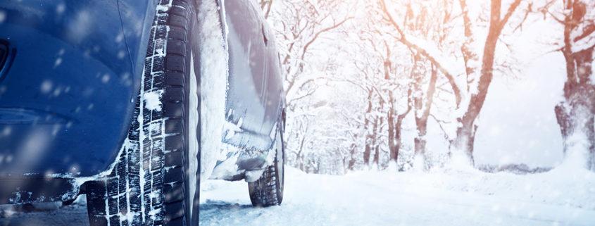 Auto auf Schneefahrbahn